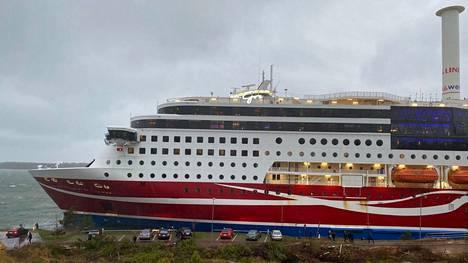 Viking Grace kiinni rannan tuntumassa lauantaina iltapäivällä.
