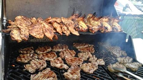 Mimerin mieistöllä on tapana grillata sunnuntaisin kannella.