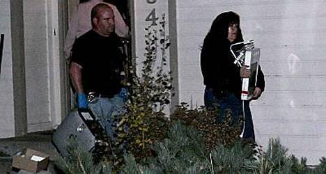 Larimerin piirikunnan sheriffit takavarikoivat laatikkokaupalla tavaraa Richard Heenen talosta.