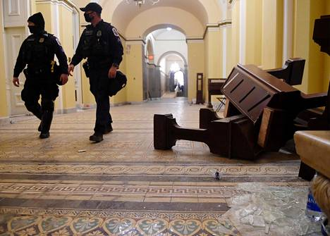 Capitolille tunkeutujille voidaan lukea syytteitä poliisien pahoinpitelyistä ja tihutöistä. Yhdysvalloissa niistä on luvassa ankaria vankeustuomioita.