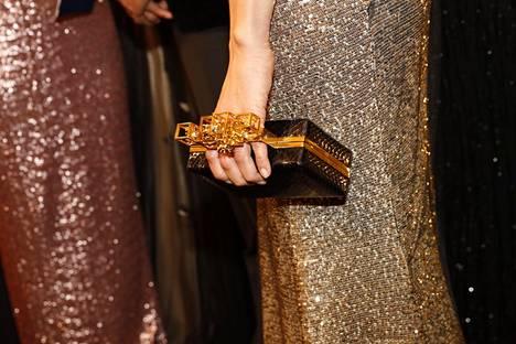 Alexandra Escat'n juhlaeleganssia täydensi pieni käsilaukku.