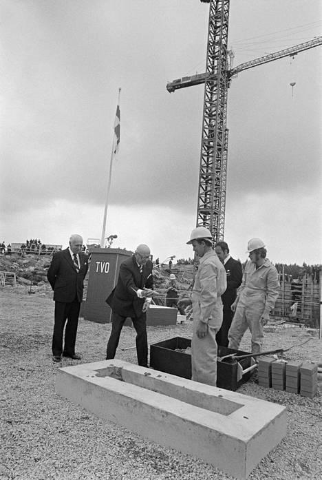 Presidentti Urho Kekkonen muuraamassa Teollisuuden Voiman Olkiluodon ensimmäistä peruskiveä Eurajoella elokuussa 1974.