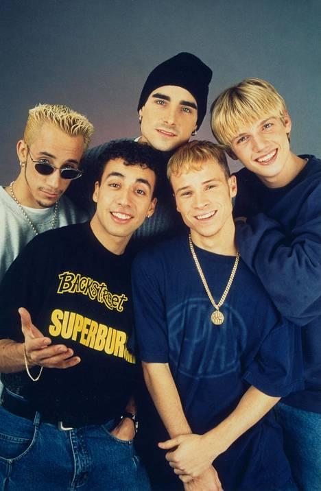 Vuonna 1996 Backstreet Boys julkaisi debyyttialbuminsa, joka oli nimetty bändin mukaan. Kuvassa AJ McLean (vas. takana), Kevin Richardson (keskellä takana), Nick Carter (oik. takana), Howie Dorough (vas. edessä) ja Brian Littrell (oik. edessä).