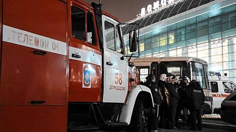 Pelastuslaitoksen yksiköt piirittivät Domodedovon lentokentän välittömästi iskun jälkeen.