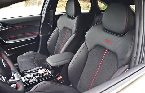 GT-varustelun muutoin hyvin tukeviin etuistuimiin jäi kaipaamaan reisituen pituussäätöä. Sileillä ajoalustoilla auto on miellyttävän hiljainen.