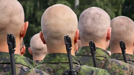 Tasavallan presidentti Sauli Niinistö ylensi Puolustusvoimain lippujuhlan päivänä yhteensä 617 reservin upseeria.