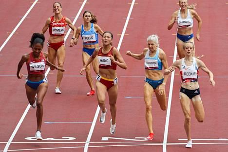Sara Kuivisto (maaliviivalla toinen oikealta) juoksi Suomen ennätyksen Tokion olympialaisten alkuerissä.