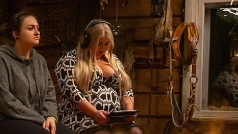Anna on kertonut Temptation Island Suomi -ohjelmassa avoimesti seksiin liittyvistä tarpeistaan. Kuvassa Anna iltanuotiolla katsomassa videota, hänen vieressään istuu Sonya.