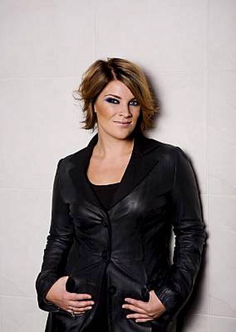 Pitkältä keikkatauolta palaavaa Hanna Pakarista ei meinaa enää tunnistaa, sillä laulaja on selvästi hoikistunut, ja lisäksi hän on lyhentänyt ja vaalentanut hiuksensa.