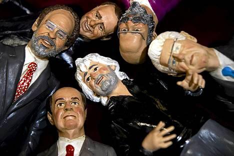 Italian vaalien pääehdokkaita kuvaavat hahmot kaupan näyteikkunassa Napolissa. Istuva pääministeri Mario Monti (oik.) ja entinen pääministeri Silvio Berlusconi (ylh. kesk.). Italian vaalit pidetään 25. ja 26. helmikuuta.