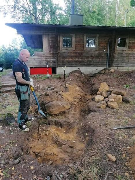 Ville Patama kaivamassa uutta imeytyskaivoa keittiön tiskivesien kulkeutumista varten.