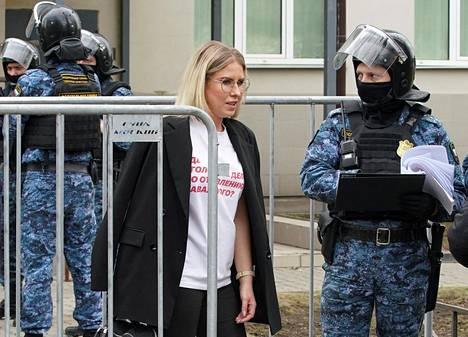 Ljubov Sobol kuvattuna huhtikuun 15. päivänä, kun häntä vastaan käytiin oikeutta FSB:n agentin perheen asuntoon tunkeutumisesta.