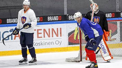 Patrik Laine (vas.) ja Aleksander Barkov harjoittelevat Tapparan jäillä.