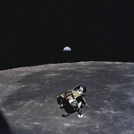 Kuumoduuli palaamassa kuun kiertoradalla odottavaan komento- ja huoltomoduuliin. Taustalla näkyy puolimaa. Kuva otti kiertoradalla odottanut astronautti Michael Collins.
