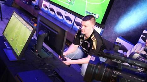 """Anton """"anzinho"""" Korvenaho edustaa jatkossa SJK Esportsia FIFA-pelisarjan parissa."""