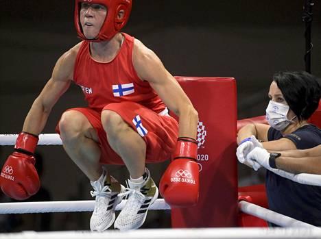 Maarit Teuronen (oik.) auttoi Mira Potkosen (vas.) voittoon tiukassa ottelussa.