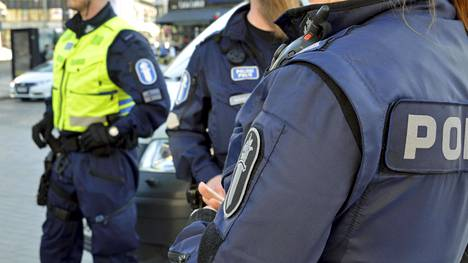 Poliiseja Rautatientorilla Helsingissä huhtikuussa 2018.