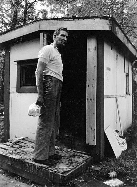 Mankkaan kaatopaikan asukas poseerasi rakentamansa koijan edessä. Mankkaan suon yhteisön elämää kuvasivat kesällä 1985 Seppo Suhonen ja Timo Pettersson. Ei ole selvää, kumpi minkäkin kuvan otti.