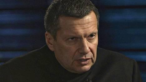Kremlin-mielinen tv-toimittaja Vladimir Solovjov ihmetteli maanantaina Aleksei Navalnyin nopeaa herättämistä koomasta.