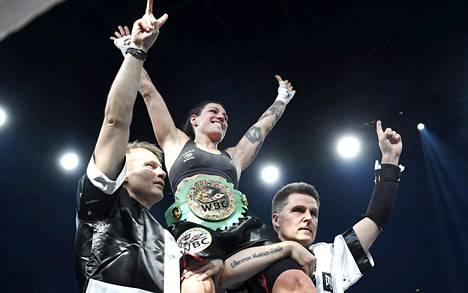 Eva Wahlström onnistui puolustamaan WBC-liiton ylemmän höyhensarjan MM-vyötään joulukuussa 2016 Argentiinan Anahi Esther Sanchezia vastaan.