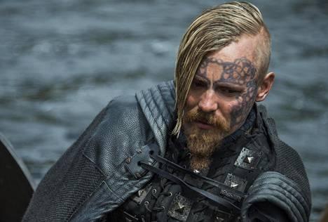 Jasper Pääkkösen mukaan sarjan kuvauksiin oli helppo hypätä mukaan, sillä näyttelijäjoukossa ei ole diivoja.