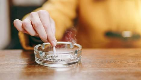 Tutkijoiden mukaan tupakointi todennäköisesti myös aiheutti monien sydäninfarktin.
