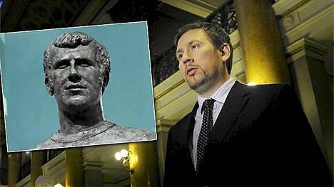 """Paavo Arhinmäki kirjoitti Facebookissa olevansa """"Vaalien Peter Osgood"""". Osgoodin patsas löytyy Stamford Bridgeltä."""