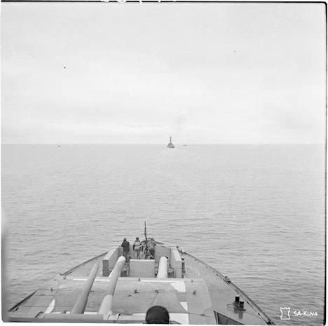 Viimeinen kuva Ilmarisesta merellä. Perässä ajaneella panssarilaiva Väinämöisella palvellut TK-kuvaaja Vilho Heinämies otti kuvan noin parin kilometrin päästä. Aikaa tuhoon oli enää alle tunti.