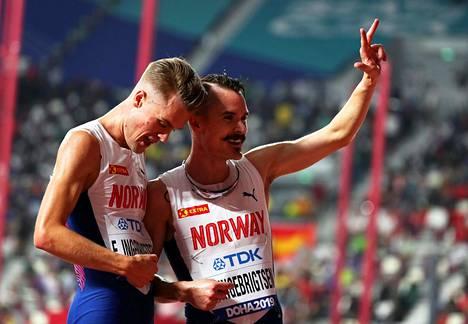 Filip (vas.) ja Henrik Ingebrigtsen tuulettivat 5000 metrin finaalipaikkaa. Myös veljessarjan nuorimmainen Jakob pääsi protestin jälkeen MM-finaaliin.