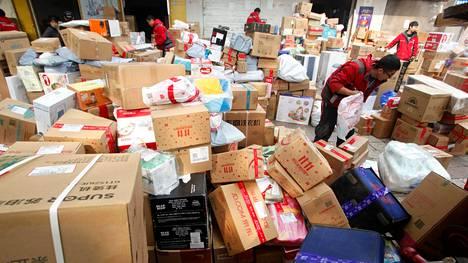 Paketteja käsiteltiin logistiikkakeskuksessa Kiinassa marraskuun puolivälissä.