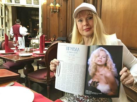 Elena Kondulainen esittelee kotiarkistojensa aikakauslehteä, jossa hän poseeraa Marilynin tyyliin. IS:n haastattelusta hän kiiruhti suoraan yhden tv-ohjelman kuvauksiin.