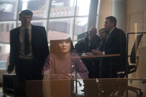 Tottumiskysymys-elokuvan yhdessä tarinassa kokematon Aleksi (Jussi-ehdokkuuden saanut Johannes Holopainen) sysätään syyttäjäksi Niinan (Lotta Kaihua) raiskausoikeudenkäyntiin.