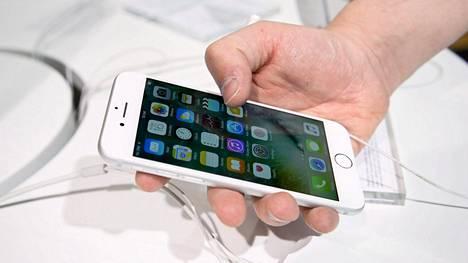 Etenkin iPhone 7 on väärentäjien suosiossa. Kuvan laite on aito.