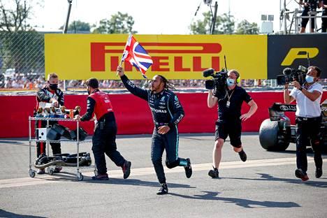 Lewis Hamilton tuuletti voittoaan antaumuksella.
