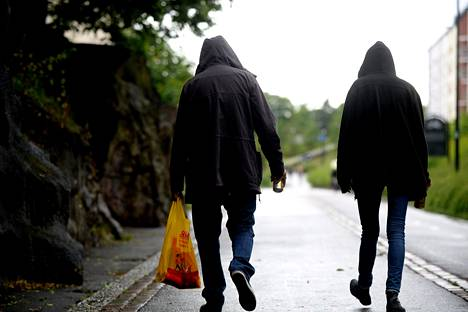 Mies ja nainen oluineen Helsingissä vuonna 2015.