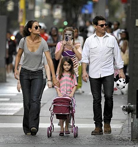 Zombieksi pukeutunut nainen nappasi kuvan Cruise-Holmesin perheestä.