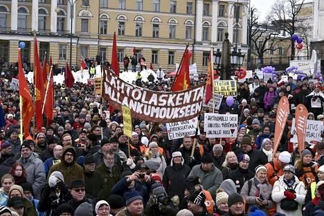 Tuhansia mielenosoittajia kokoontui SAK:n järjestämään aktiivimallin vastaiseen mielenilmaukseen Helsingin Senaatintorille.