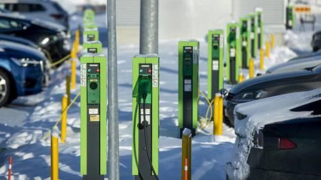 Samaan aikaan kun autonvalmistajat laativat täyssähköautojen tuotantosuunnitelmia, ne vaativat päättäjiltä latausverkoston suurimittaista laajentamista. Kuvassa sähköautojen latausasema Ideaparkissa Lempäälässä.