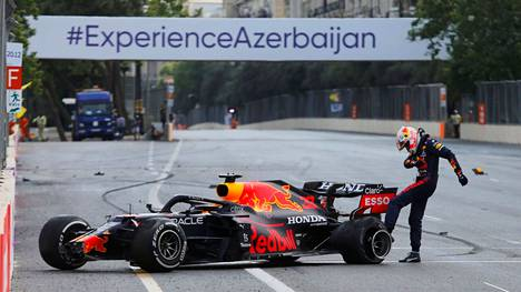 Max Verstappen potki raivoissaan räjähtänyttä rengastaan.