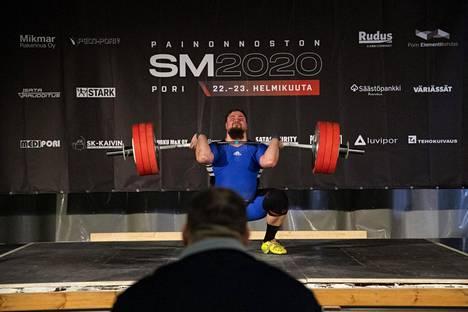 Teemu Roininen tempasi messevat 151 kiloa ja työnsi 190 kiloa Porissa sunnuntaina.