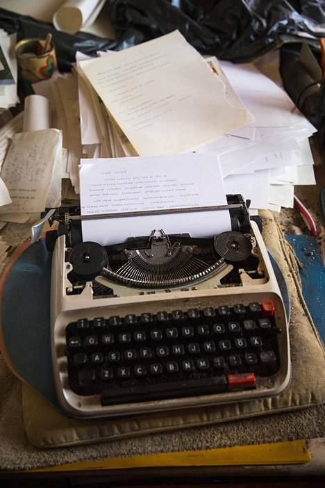 """Arja Tiaisen mielestä hänen paras runonsa on Pihlaja vuodelta 1977. Siihen runoilija on tiivistänyt kouluaikaiset kokemuksensa siitä, kuinka hänen erilaisuuttaan ei ymmärretty: Annoin tuskan sataa / en etsinyt tuskalle olkapäätä, / en sammuttanut sitä lääkkeillä, / en hukuttanut sitä viiniin. """"Itkin sen takia kolme kuukautta. Se tuli luokseni hitaasti kuin usva mereltä. Lopulta kustantaja sanoi, että nyt on jo toukokuu, tee se runo. Istuin alas ja se tuli"""", Tiainen muistelee."""