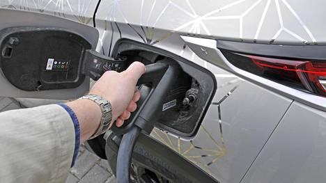 Roaming-maksut uhkaavat varsinkin pikalatausta runsaasti käyttäviä kiireisiä pitkän matkan täyssähköautoilijoita. Suomessa sähköautojen julkisilla pikalatausmarkkinoilla on kolme suurta toimijaa, joista markkinaa johtaa Virta noin 60 prosentin markkinaosuudella. Seuraavina tulevat Fortum 25 prosentin sekä K-Lataus 15 prosentin osuudella.
