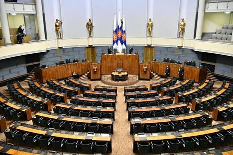 Näkymä vuodelta 2021 tullaan muistamaan. Ensimmäistä kertaa Suomen historiassa presidentti avasi valtiopäivät tyhjän eduskuntasalin edessä. Syy: koronapandemia.