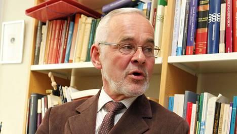 Siviilioikeuden emeritusprofessori Urpo Kangas varoittaa pääomalainojen riskeistä.