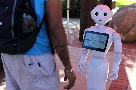Ranskalaisyritys Aldebaran kehittää tekoälyllä varustettua robottia. Kuvassa opastustehtäviin ohjelmoitu robotti auttaa opiskelijoita kalifornialaisyliopiston kampuksella lokakuussa 2017.