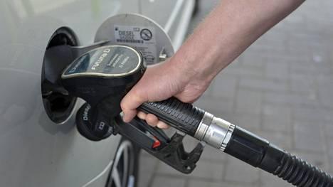 Liikenne- ja viestintäministeriön papereiden mukaan polttoaineveron nostaminen hillitsee liikennesuoritteen kasvua ja ohjaa kansalaisten autohankintoja kohti entistä vähemmän kuluttavia autoja.