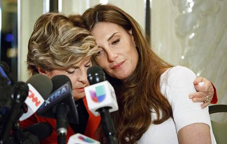 Karena Virginia (oik.) kuvattiin asianajaja Gloria Allredin kanssa New Yorkissa viime vuoden lokakuussa.