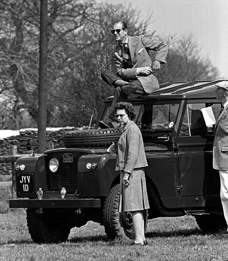 Prinssi Philip paistattelee päivää ajoneuvonsa katolla vuonna 1968.