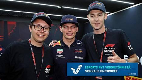 Joni Törmälä (vasemmalla) valittiin Red Bullin F1 Esports -talliin yhdessä Graham Carrolin kanssa (oikealla). Simukuljettajien välissä on Red Bullin F1-kuljettaja Max Verstappen, joka ilmoitti valinnoista.