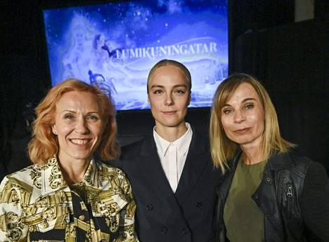 Kiira Korpi taitoluistelukollegoidensa Susanna Rahkamon (vas.) ja Mila Kajaksen kanssa Lumikuningattaren tiedotustilaisuudessa.